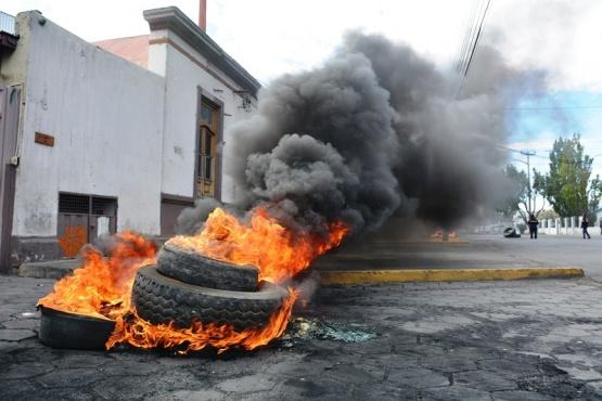 Municipales vuelven a quemar cubiertas ante la falta de pago