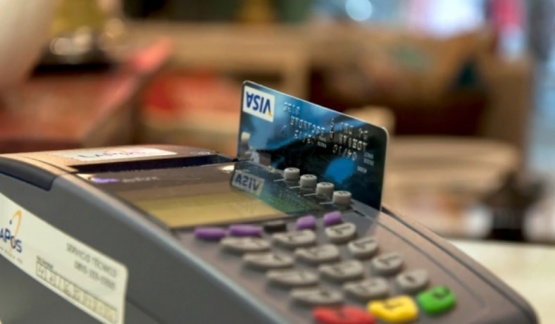 Bajaron los aranceles que pagan los comercios a las tarjetas