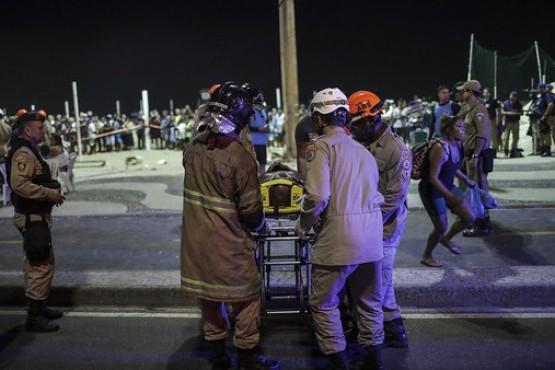 Un hombre perdió el control de su auto en la playa de Copacabana: un muerto y 15 heridos