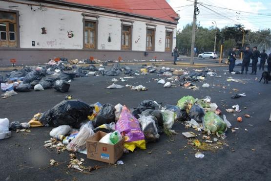 Con el Intendente adentro, llenaron de basura el Municipio