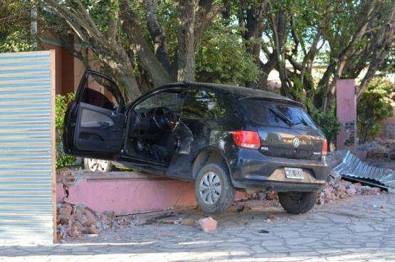 Conductor chocó a un taxi y estrelló su auto contra Casa de Gobierno