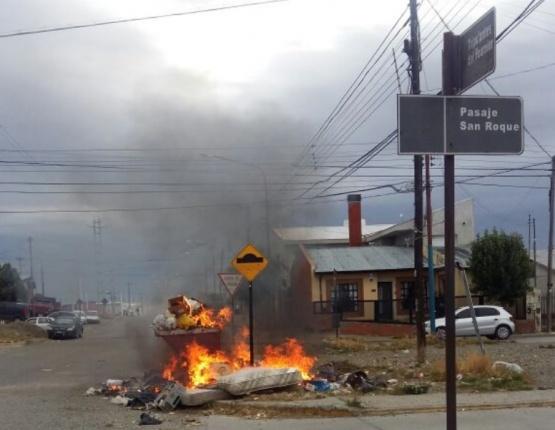 Incendio en uno de los contenedores.