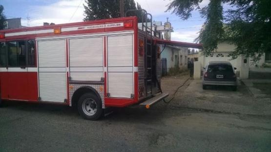 Bomberos controlan fuego sobre el pastizal en una vivienda