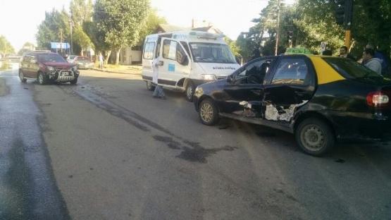 EcoSport embistió a un taxi