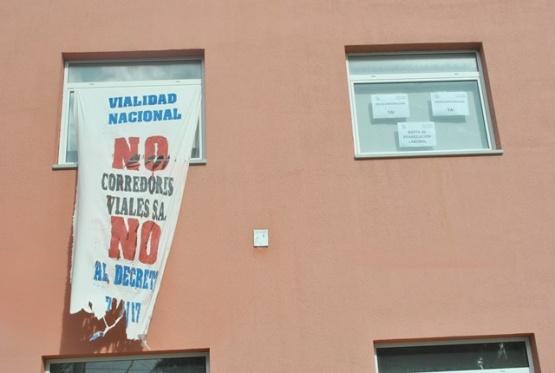Banderas con reclamos en Vialidad Nacional. (Foto: J.C.C.).