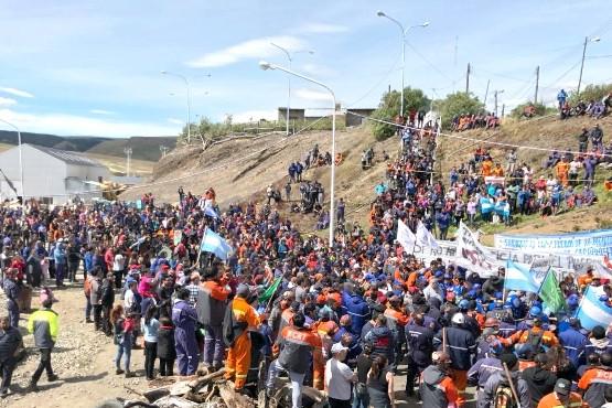 La gente aguarda respuestas de Buenos Aires en el yacimiento. (Archivo)