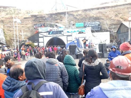 Artistas y ciudadanos se reunieron en el ingreso de la Mina para exponer su apoyo.