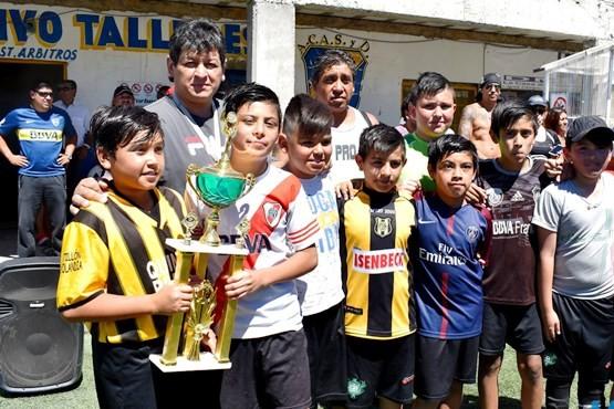 Se premió a los ganadores del Torneo Interbarrial de Fútbol Infantil