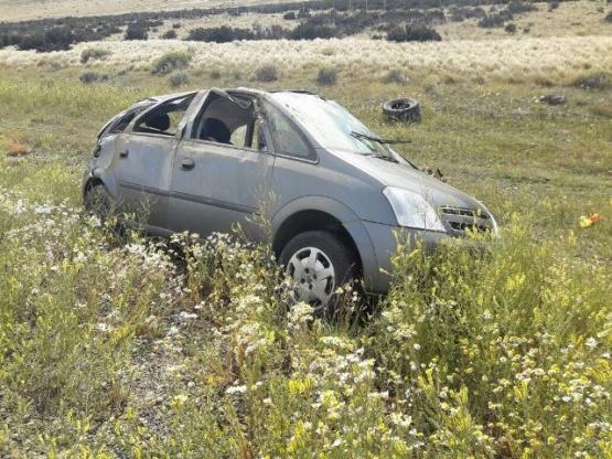 Niña sufre fractura tras tumbos de auto en que viajaba con su familia