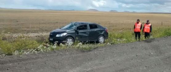 El Chevrolet Prisma Joy quedó con importantes daños en el parabrisas y en el techo.