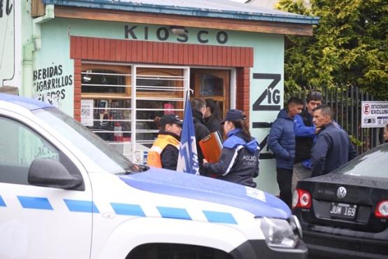 La policía investiga el intento de asalto al kiosco. (C.G.)