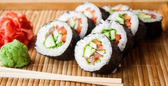 Encontraron un parásito de tres metros de largo en el estómago de un hombre que comía mucho sushi