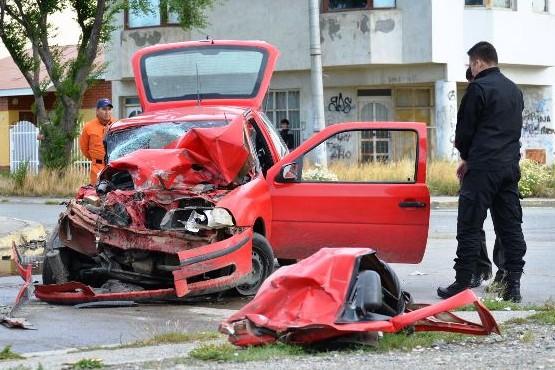 La imprudencia se cobró otra vida en violento choque entre auto y camión