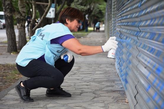 Jubilados pintaron la fachada de Casa de Gobierno