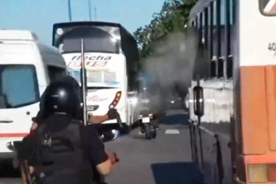 La custodia del micro de Boca le tiró gas pimienta a hinchas de San Lorenzo