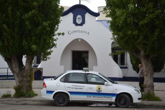 Una mujer realizó pintadas en un local y denunció el proceder policial