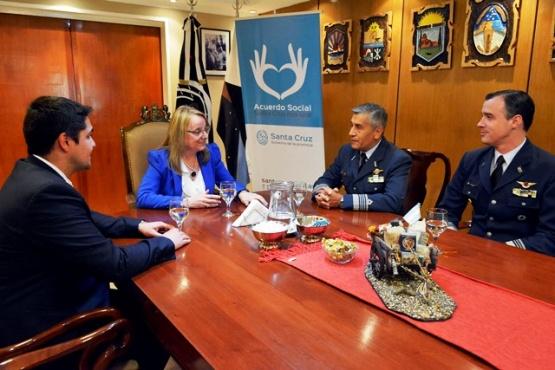 Alicia recibió el saludo protocolar del nuevo Jefe de la Base Aérea Militar Río Gallegos