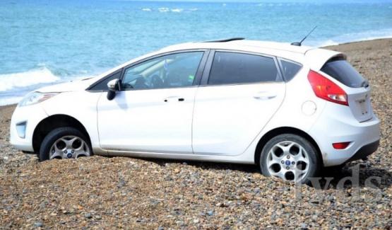 Auto cayó por un barranco a playa de pedregullo