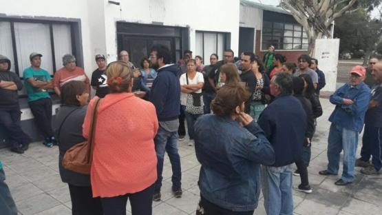 Municipales se manifestaron frente al edificio comunal