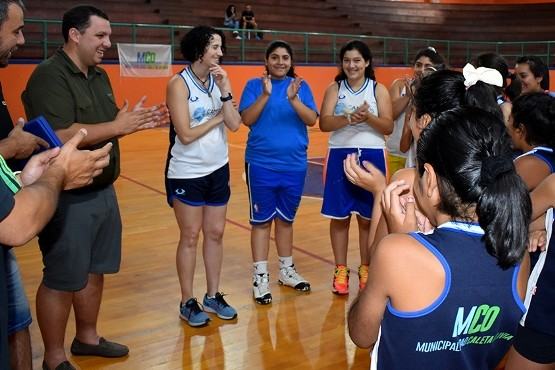 Jornadas de básquet para mujeres deportistas en Caleta