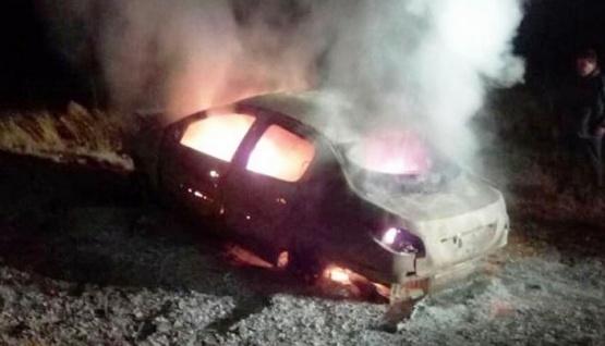 Impresionante choque frontal: un auto se incendió y el otro volcó