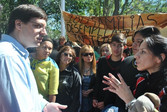 Padres y alumnos del ICEP llevaron su reclamo a los actos del domingo