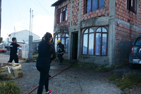 Se incendió la vivienda y saltó por la ventana