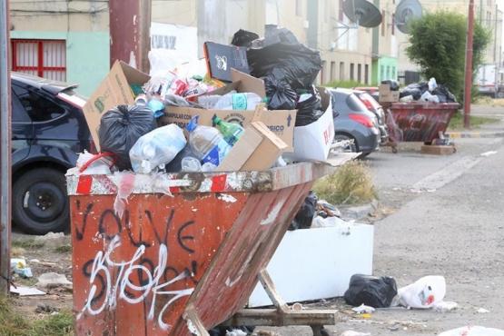 En medio del paro municipal, de nuevo los contenedores rebalsan de basura