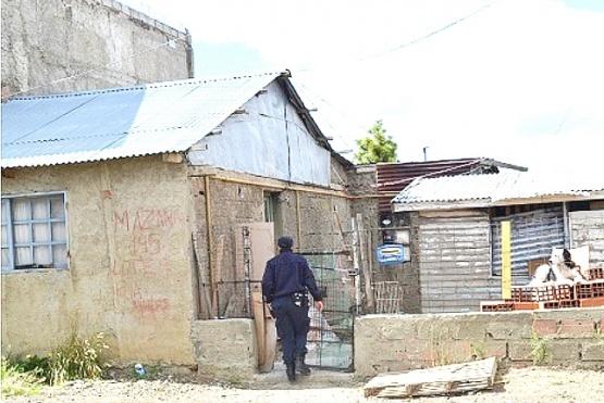 Policía allanó una casa vecinaal lugar del homicidio de Juárez