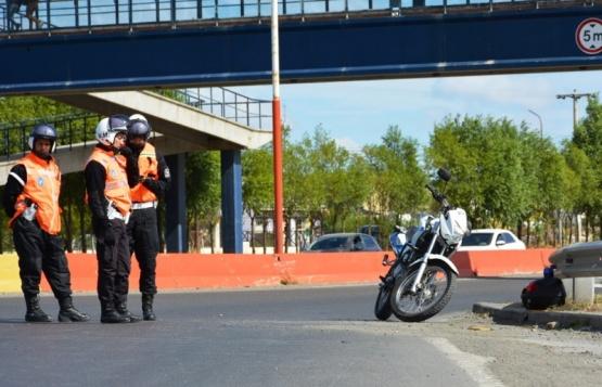 Policía herido tras esquivar en su moto la mala maniobra de un camión