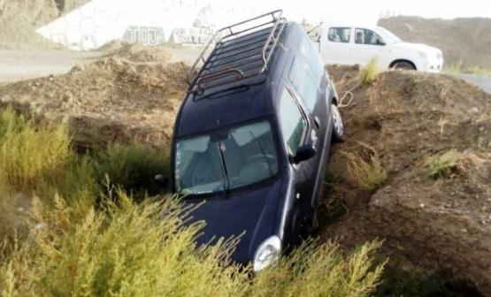 Vehículo cayó a una zanja y hubo quejas por obra inconclusa