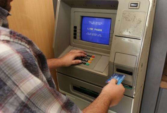 Se olvidó la tarjeta en el cajero y le sustrajeron $1500