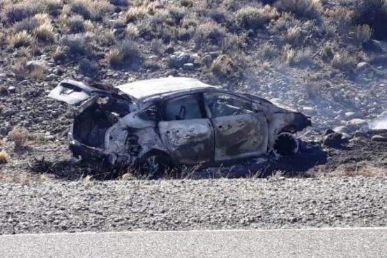 Auto volcó y se incendió en Ruta 40 y camioneta se tumbó en Güer Aike
