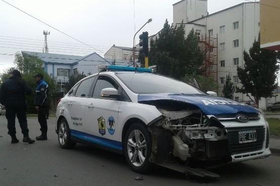 Colisión entre un móvil policial y un Ford Fiesta