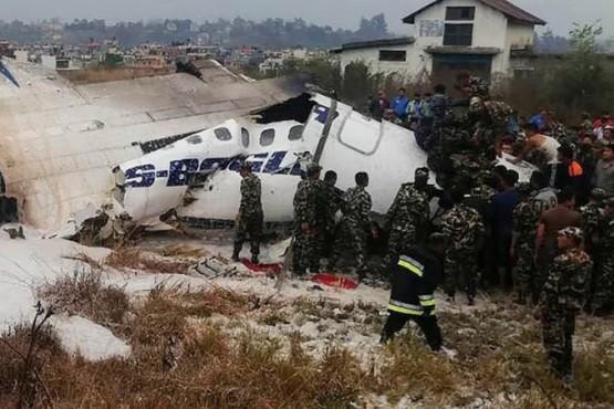 Se estrella un avión con más de 60 pasajeros en Nepal: 38 muertos