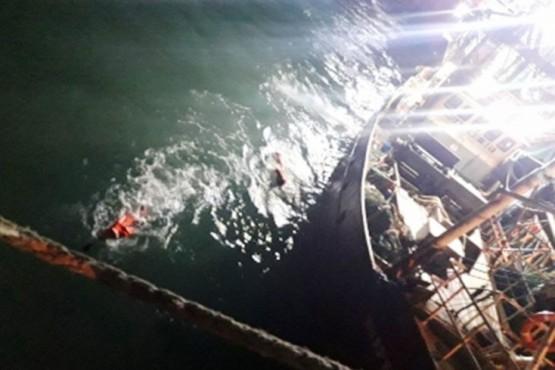 Prefectura rescató a tripulante que cayó al agua