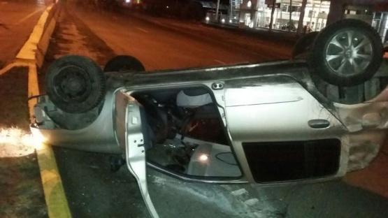 Auto volcó a consecuencia de la quema de cubiertas