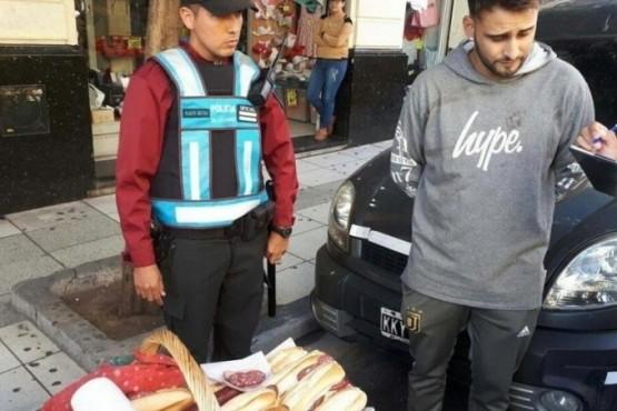 Vendía sandwiches de salame, se los sacó la policía y su foto se hizo viral