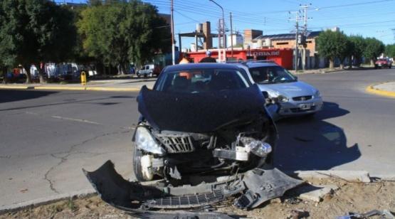 Un Peugeot chocó contra Corsa que cruzó avenida sin respetar derecho de paso