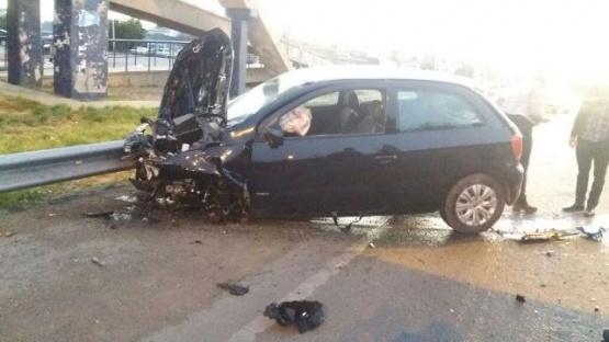 Perdió el control del auto y se estrelló contra el guardarrail de la Autovía