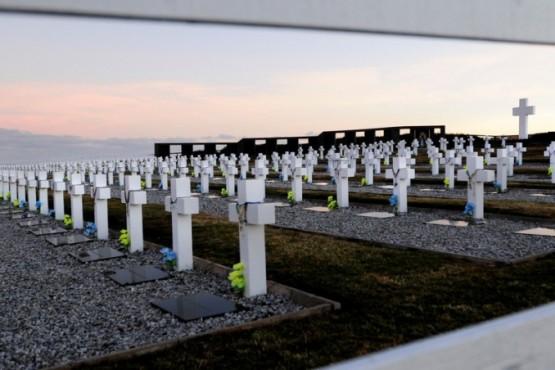 Así lucen las cruces a horas de la llegada de las familias de los caídos en MalvinasFoto: Fernando la Orden / Enviado Especial Clarín