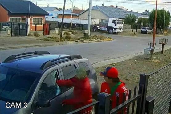 Intentaron robar en una camioneta y quedaron filmados