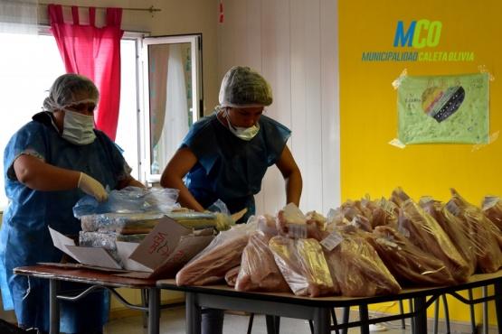 Entrega de pescado gratis a los vecinos en los CICS