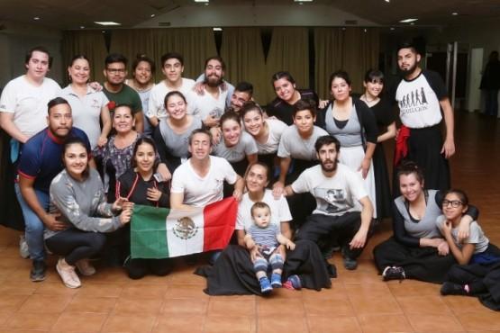 Bailarines mexicanos aprenden nuestra danza en La Tropilla Ballet