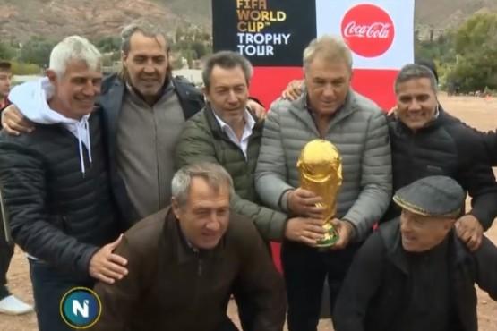 Los campeones del 86 viajaron a Tilcara con la Copa del Mundo