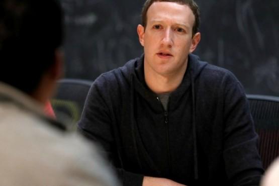 Aunque le cerró las puertas al Parlamento británico, Zuckerberg declararía en el Congreso de su país. (AP)