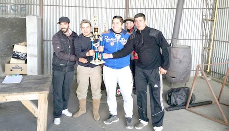 El equipo ganador recibiendo su premio con toda felicidad.