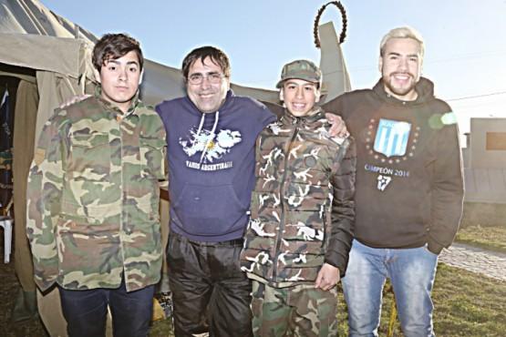 """Los encargados de la Carpa Malvinera """"Malvinas por Siempre Argentinas"""" (C.G)"""