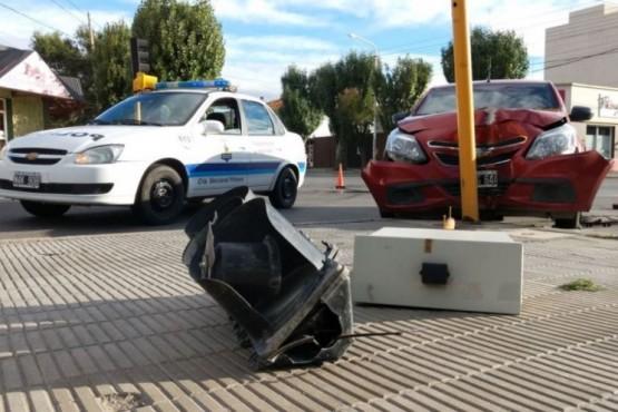 Destrozó el semáforo al chocarlo: conduciría en estado de ebriedad
