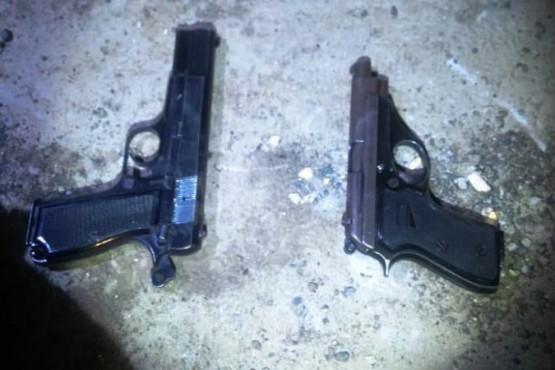 Secuestran dos armas y detienen al tercer sospechoso por robo